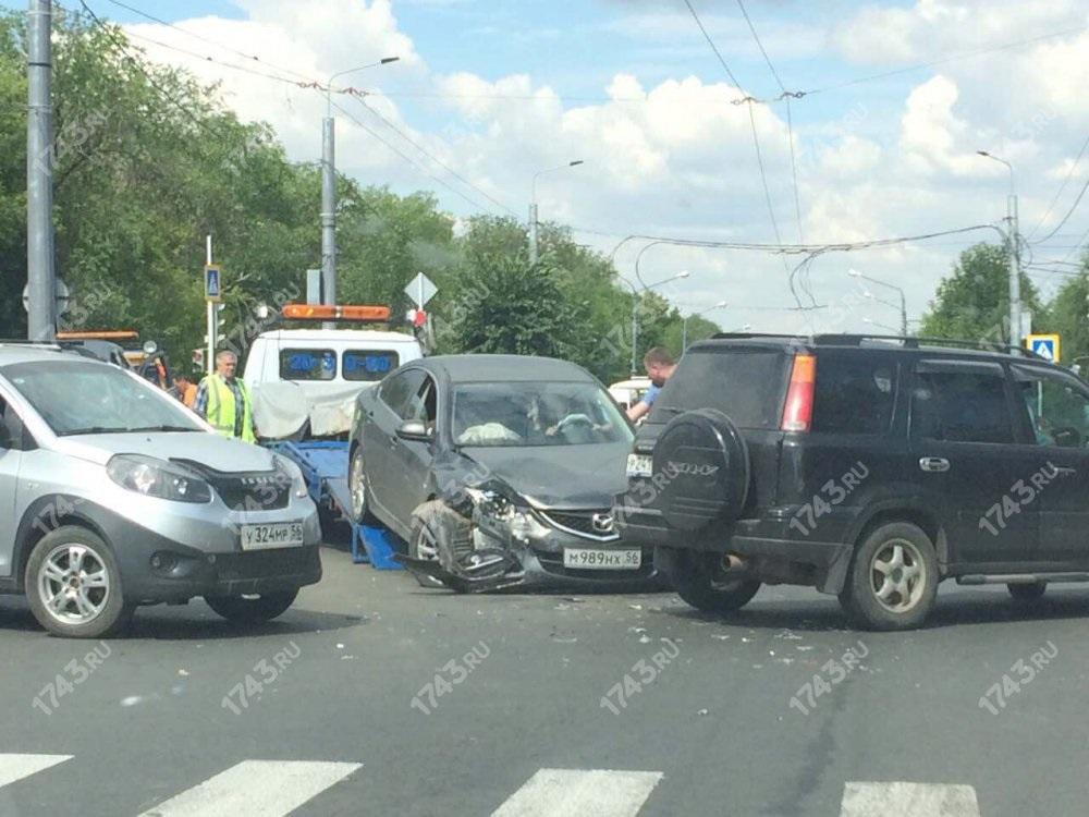 Авария на перекрестке Парковом и Рыбаковской в Оренбурге