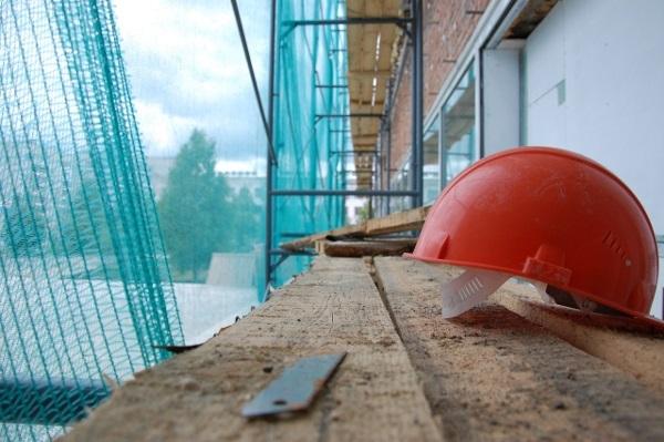В Оренбурге на улице Поляничко рабочий упал с крыши дома