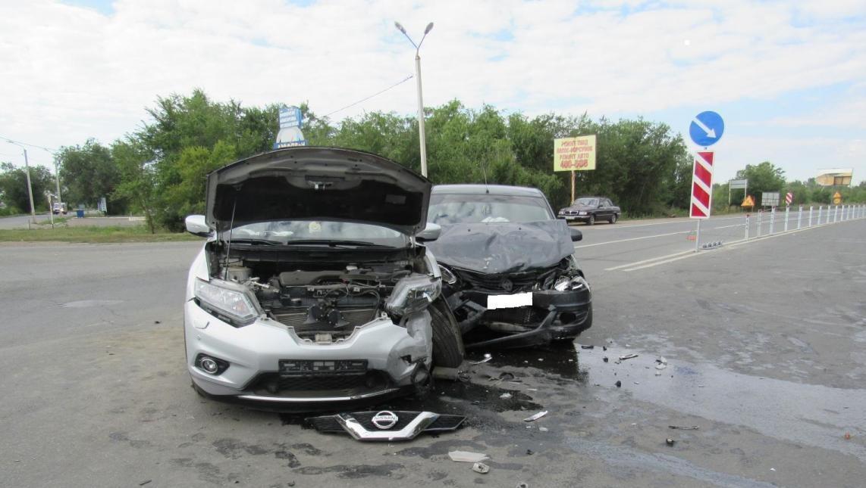 В Оренбурге на перекрёстке улиц Авиационной и Илекское шоссе произошло ДТП с участием двух иномарок