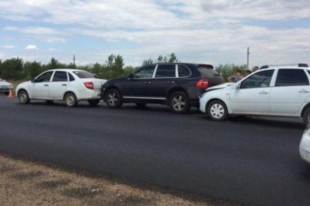 На трассе Оренбург - Соль-Илецк столкнулись три автомобиля