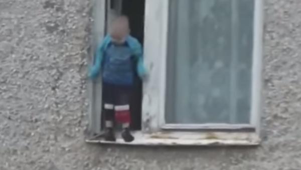 На проспекте Победы с окна едва не упал ребенок