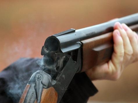 В Кваркенском районе 22-летний парень выстрелил из ружья в собеседника и уехал