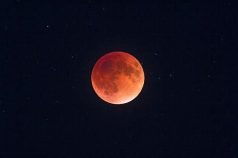Сегодня лунное затмение лучше всего будет видно на Урале