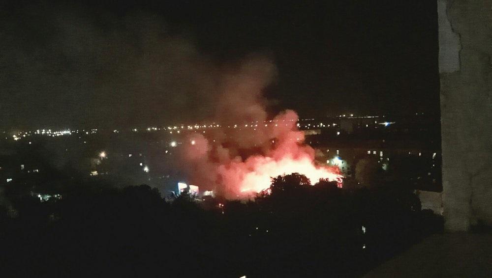 На улице Конституции полностью сгорело общежитие