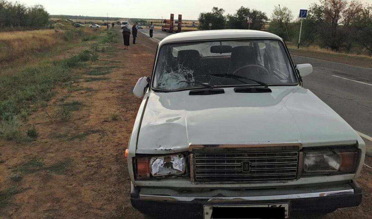 В Новоорском районе пытаясь успеть на автобус женщина попала под автомобиль