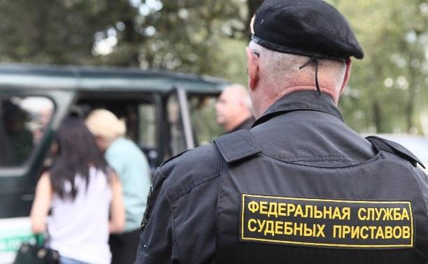 В Орске судебные приставы в счет долга свыше 400 тысяч рублей арестовали дорогостоющую мебель и технику юриста