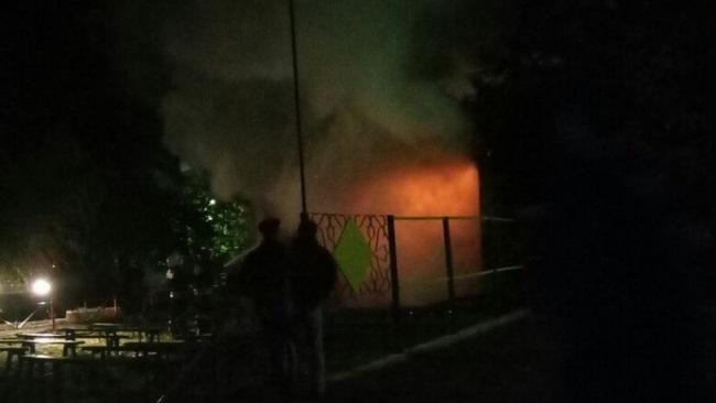 В Оренбурге сгорела уличная эстрада по улице Котова