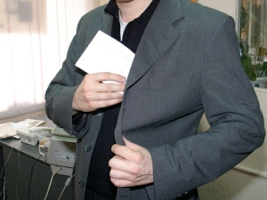 В Соль-Илецке руководитель предприятия год получал зарплату за несуществующего работника