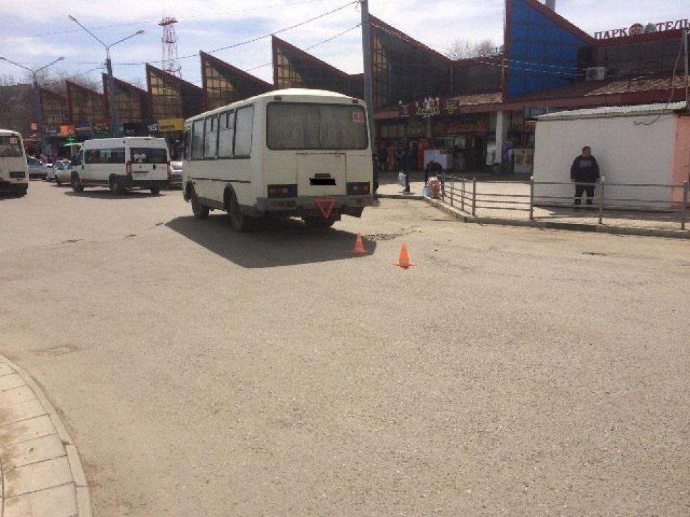На привокзальной площади женщина выпала из автобуса, который потом проехал по ее ноге