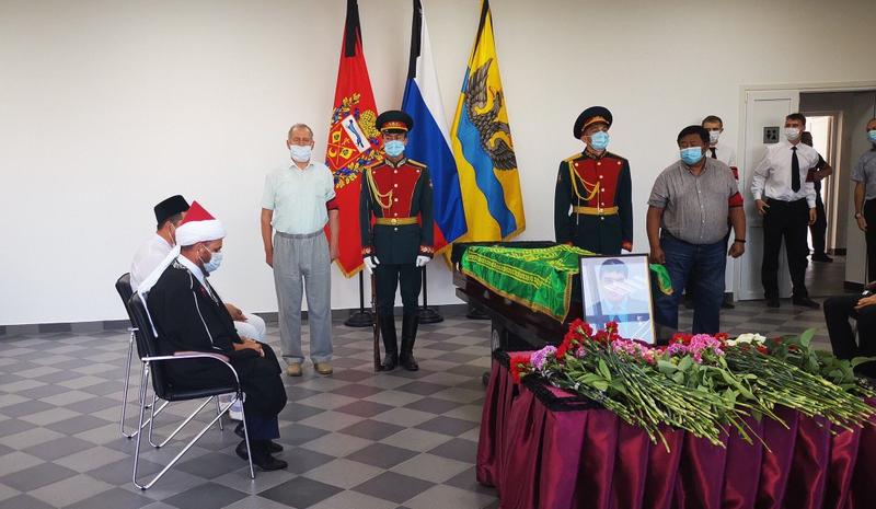 Сотни оренбуржцев пришли проститься с Героем России Мустафиным